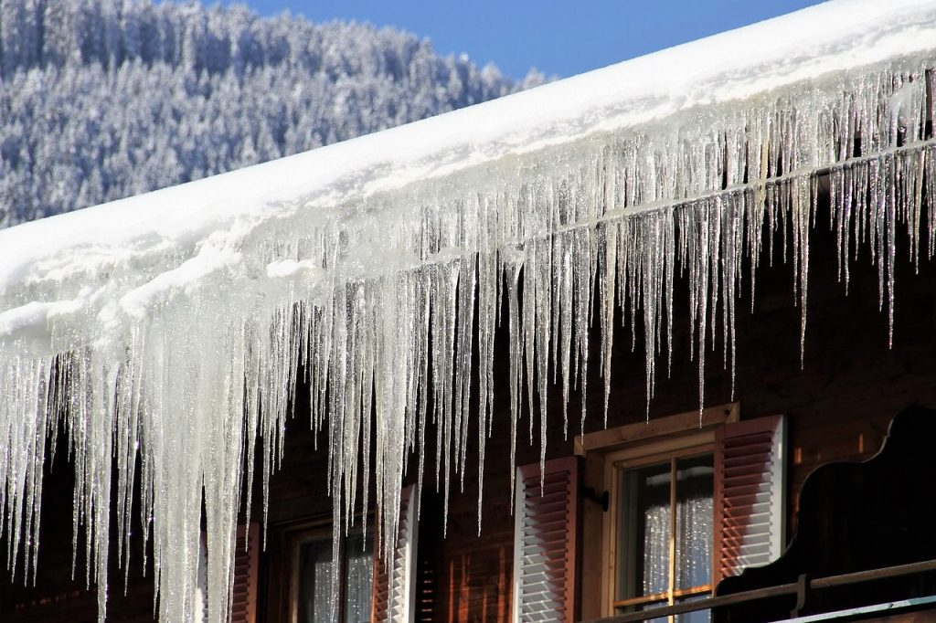 Worauf Hausbesitzer bei Schnee und Eis achten müssen